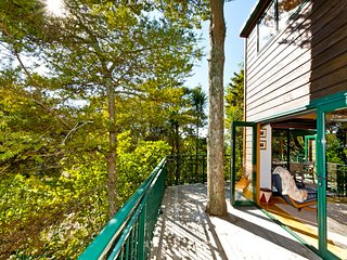 Tree House Views - Algies Bay Holiday Home