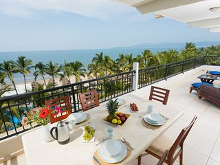 Hear the waves! Beachfront condo with large terrace . Playa Royale.