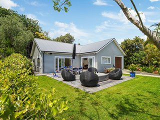 Buckleton Bungalow - Tawharanui Holiday Home