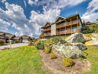 Stunning mountain condo with stellar views & balcony - easy walk to slopes!