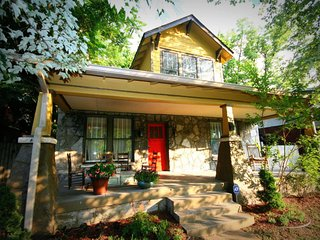 Cozy Nashville bungalow, walk downtown w/ deck, grill, firepit and city views