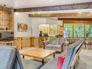 Dog-friendly chalet w/ a furnished deck, private dry sauna, & Ping-Pong table