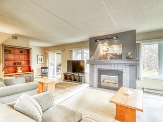 Spacious Blue Mountain getaway w/ a gas fireplace, full kitchen, furnished patio