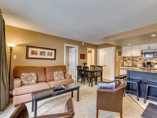 Walk to the lift! Cozy condo w/ fireplace & shared pool & hot tub - dogs OK!