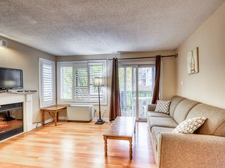 Walk to lift/shuttle! Cozy condo w/ shared pool, hot tub & tennis - dogs OK!