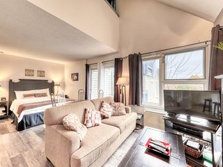 Well-positioned condo w/ shared pool & hot tub - steps to lift, dogs OK!