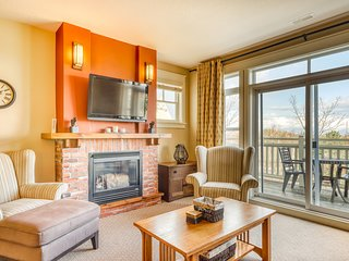 Bright and beautifully decorated mountain condo w/shared pool & hot tub!