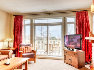 Beautifully appointed condo w/shared pool and hot tub & furnished balcony