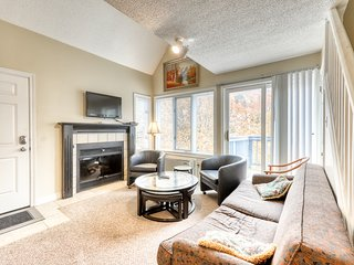 Dog-friendly condo w/ fireplace & shared hot tub/pool - walk to lift/shuttle!