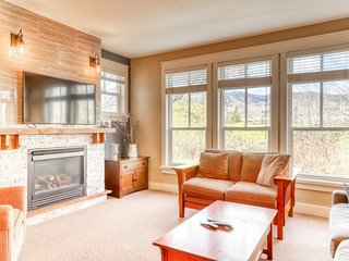 Secluded getaway w/shared pool and hot tub - walk to Blue Mountain Village!