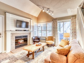 Spacious condo w/ jetted tub & shared pool/hot tub/tennis - walk to a lift!