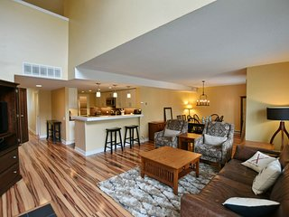 Gorgeous family condo w/shared pool, gas fireplace, & stunning mountain views