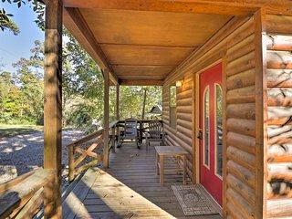 NEW! Cozy Cabin w/Hot Tub 4 Mi to Broken Bow Lake