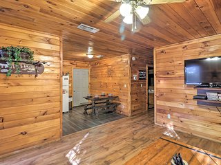 NEW! 'Starstruck' Cabin 4 Mi. to Broken Bow Lake!