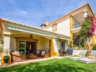 Spacious 4 bedroom villa short walk from the centre of Carvoeiro, pool heated