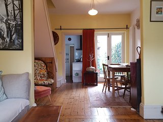 Comfortable private double room in Hampton character cottage