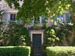 Sumptuous Bastide with Glorious Garden, 2 Beautiful Pools, in the heart of Prove