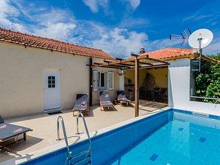 Villa Dalmatian Gem - Two-Bedroom Villa with Terrace and Swimming Pool