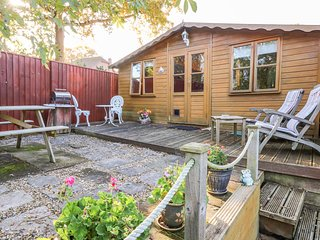 THE CHALET, single storey romantic cottage, deck and patio, close coast in