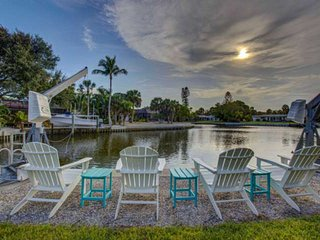 New Listing on the Canal, Private Pool, Walk to Beach, Boat Dock, Cable/WiFi, Pr