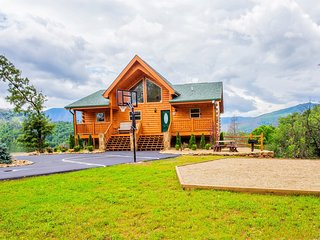 We are Open! Bella Vista Lodge - Amazing Mtn Views Hot Tub,Yard, B-Ball