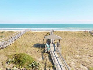 Oceanfront, Beautiful Views, Bring the Entire Family! 2 Kitchens, 2 Large Decks,