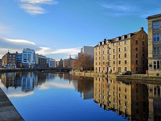 Vibrant Apartment at The Shore in Leith