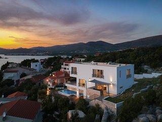 Beautiful home in Okrug Donji w/ Sauna, WiFi and 5 Bedrooms