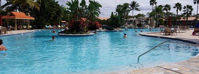 Tutta la piscina riscaldata di acqua salata recentemente rinnovata