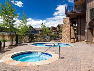 Ski-in/ski-out 4th floor home w/ shared hot tubs, pools, & vaulted ceiling!