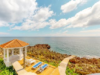 Breathtaking oceanfront apartment w/balcony, hammocks, shared pool & gazebo