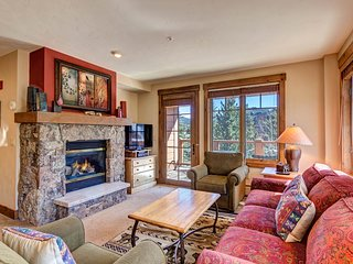 Convenience, mountain luxury & shared hot tubs/pool! Walk to gondola!