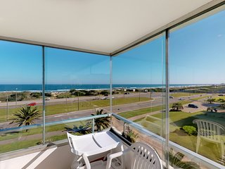 Beachfront apartment w/shared pool & enclosed and furnished balcony