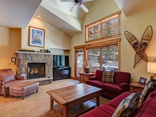Luxurious ski-in townhome, walk to town/gondola, shared hot tubs/pools!