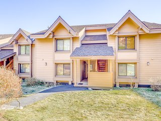 Updated condo w/ a fireplace & shared hot tub/sauna plus mountain views!