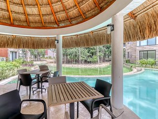 Luxury apt in a new complex w/ common areas, kayaking, pools, & jetted tubs