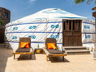 Elegant Luxury Yurt Royale, Paradise by the Beach, Hybrid Car inc, Pool, Kitchen