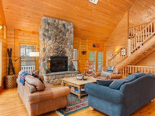 Family-friendly lodge w/ screened porch & deck - walk downtown!