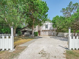 Enchanting Texas House w\Pool and Yard with BBQ area. 5 min from Fiesta Texas