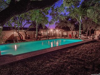Luxury Vacation House w/Pool, Private Yard & BBQ area. 5 minutes to Fiesta Texas