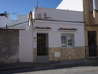 Renovated Traditional Spanish Home, 15 mins walking to GIB