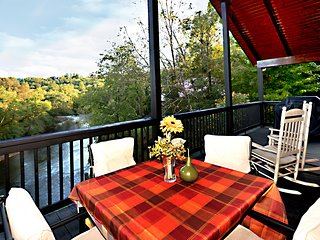 Hiwassee Riverfront. King Beds, WiFi, Minutes to Folk School, Casino, Shops