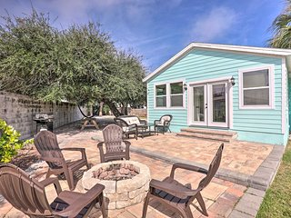 Charming Coastal Cottage w/Fire Pit, <½Mi to Beach