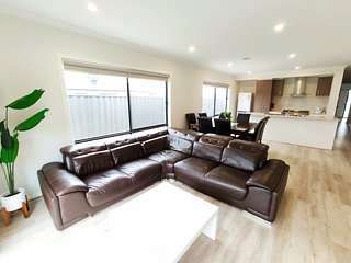 Comfortable Quiet 4Bedroom House Tarneit Melbourne 1mins to Shopping Centre别墅