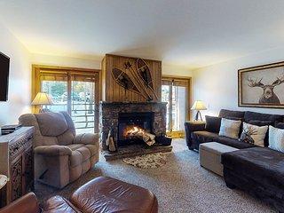 Comfortable, family-friendly mountain condo w/shared pool, hot tub, & sauna