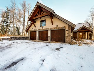 Large luxury cabin w/ game room, gas fireplace, & mtn views - close to skiing!