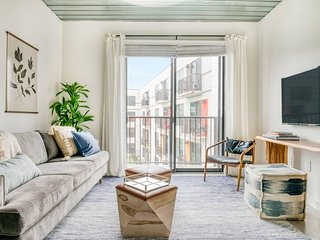 Lodgeur | Modern & stylish 1BR loft | Midtown