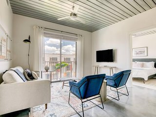 Lodgeur | Hip & stylish modern 2BR loft | Midtown