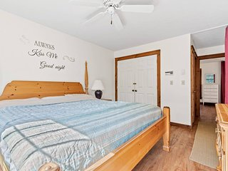 Cozy up to Camelback Ski Area! Sleeps 10. Game Room.