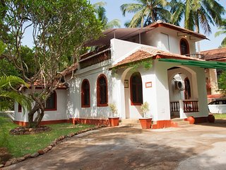 Rustic Private Villa w/Pool Table and Large garden! 12 minutes walk 2 beach #GOA